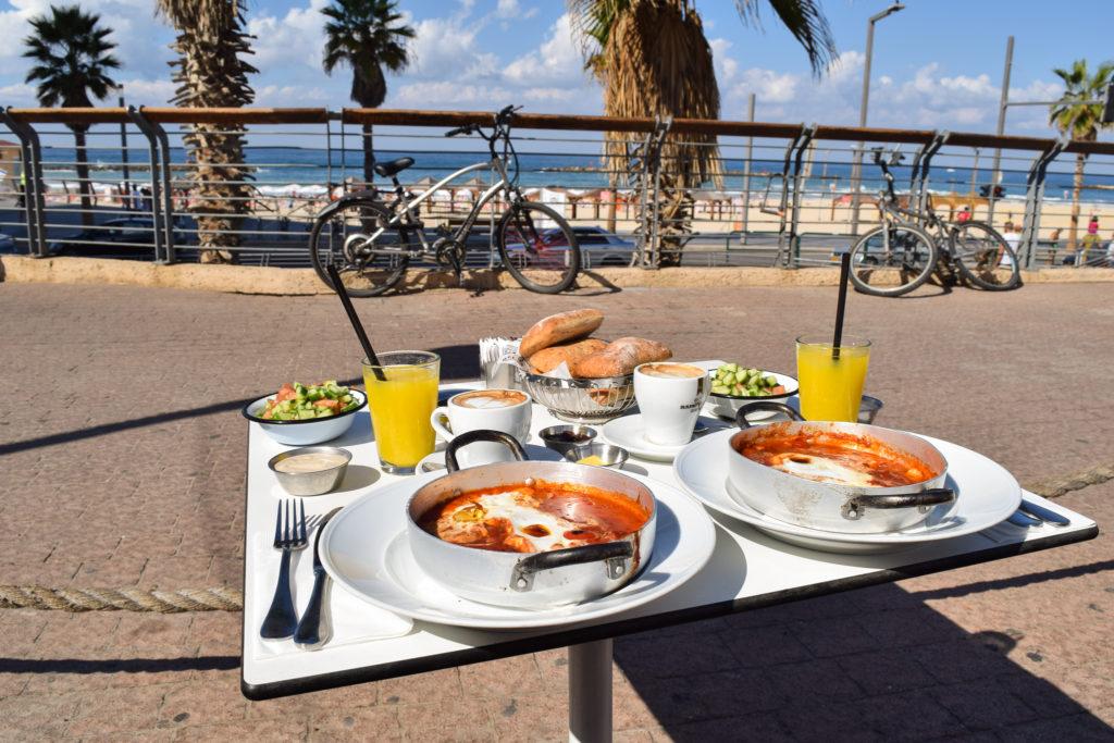 śniadanie w Tel Avivie - co zjeść w Izraelu